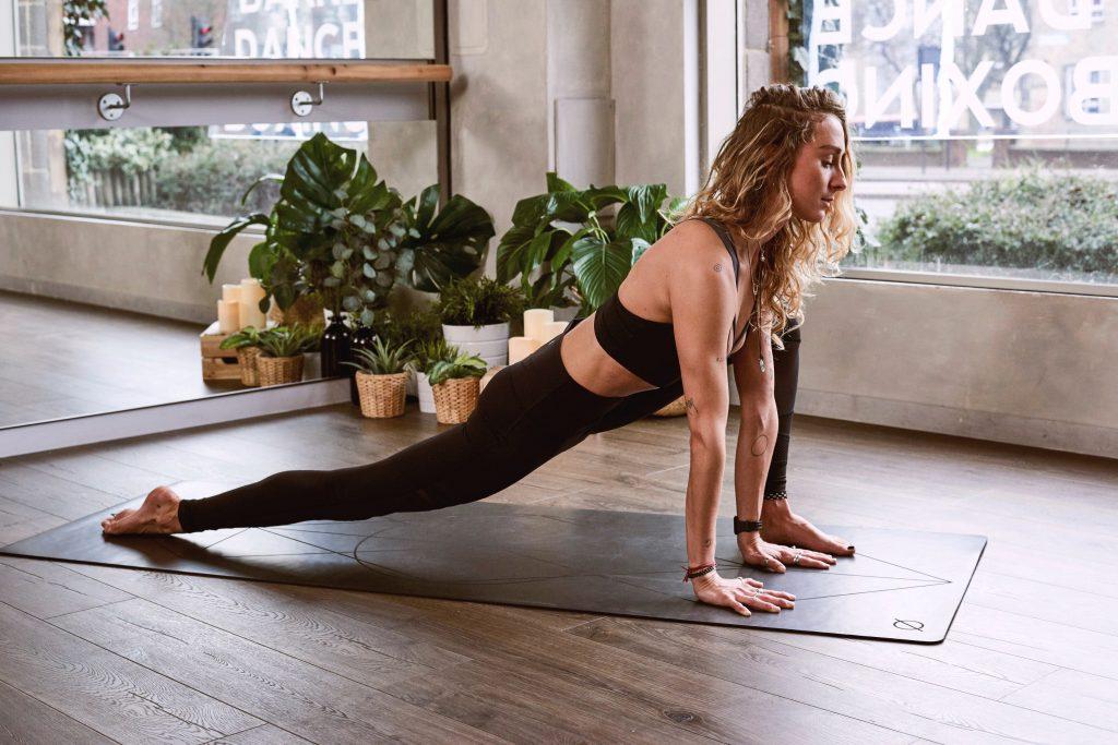 femme qui fait du yoga plantes