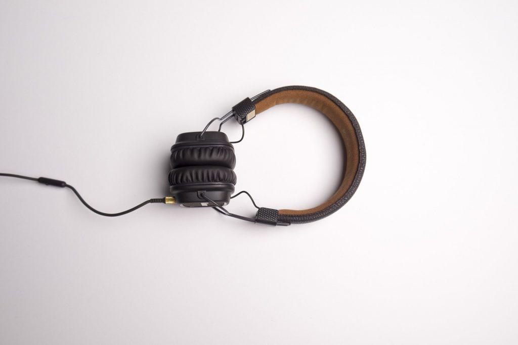 écouteurs fond blanc