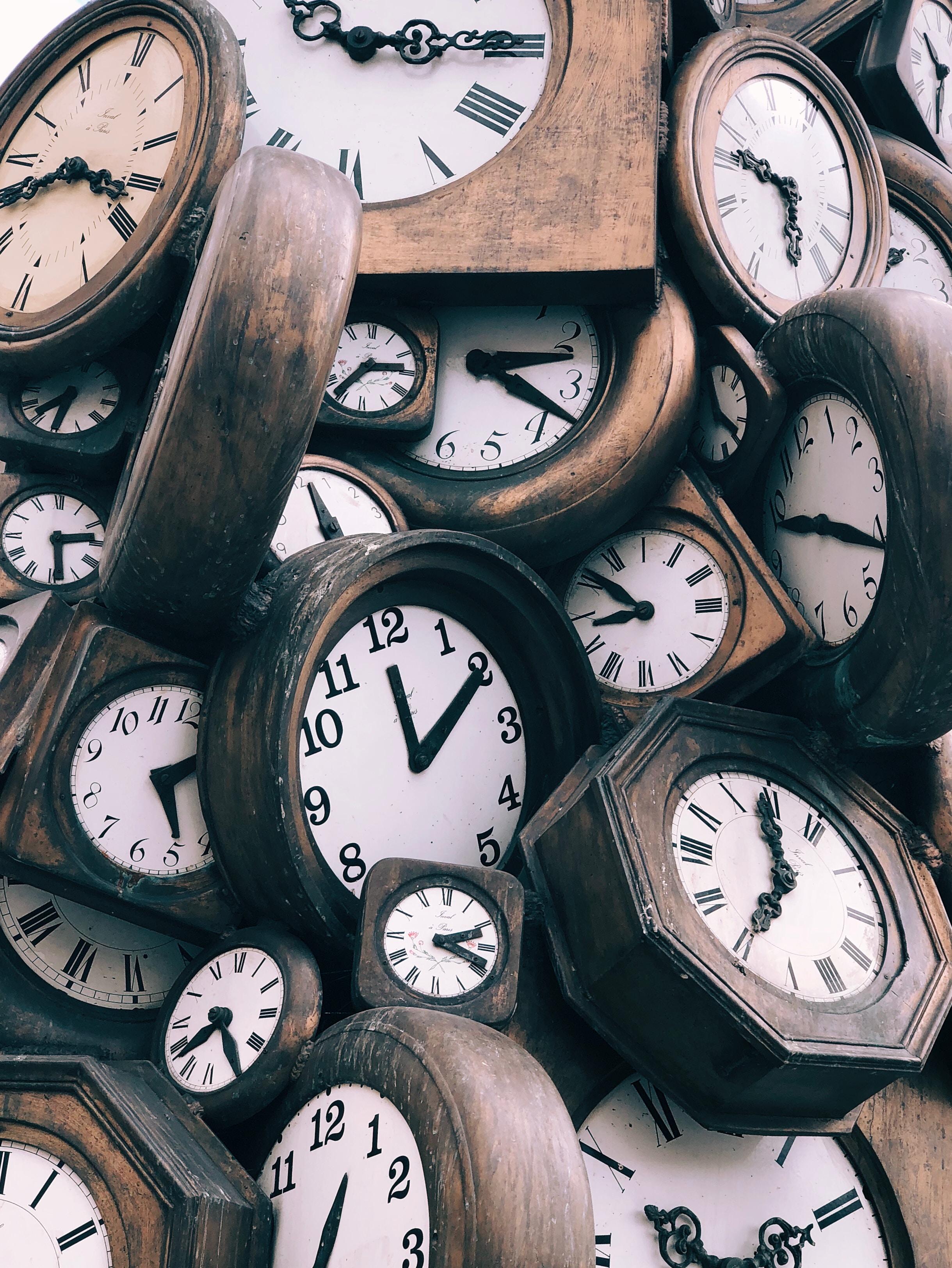 une pile d'horloges