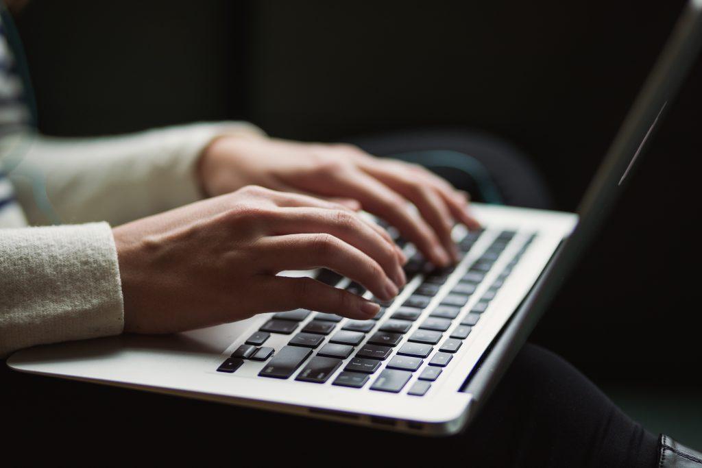 mains taper ordinateur clavier