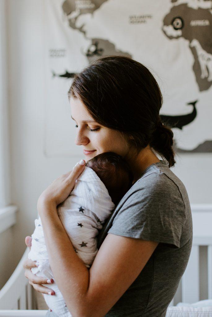 mère qui tient son bébé