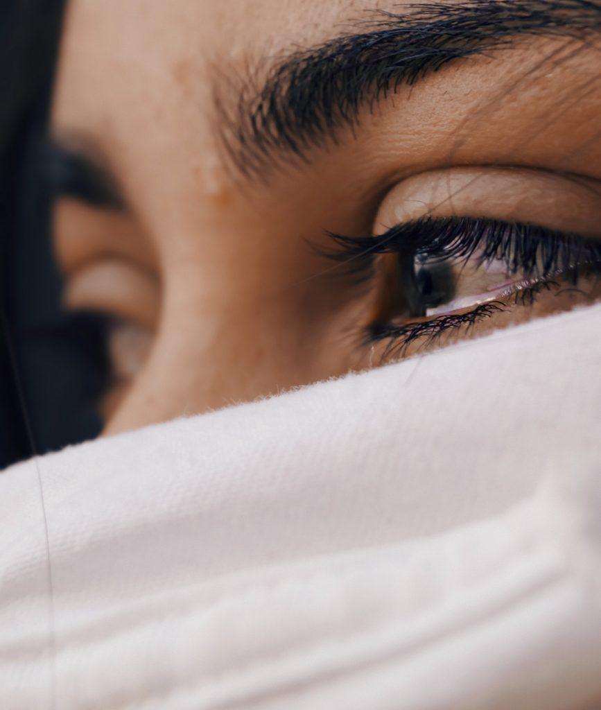 yeux de femme remplis de larmes