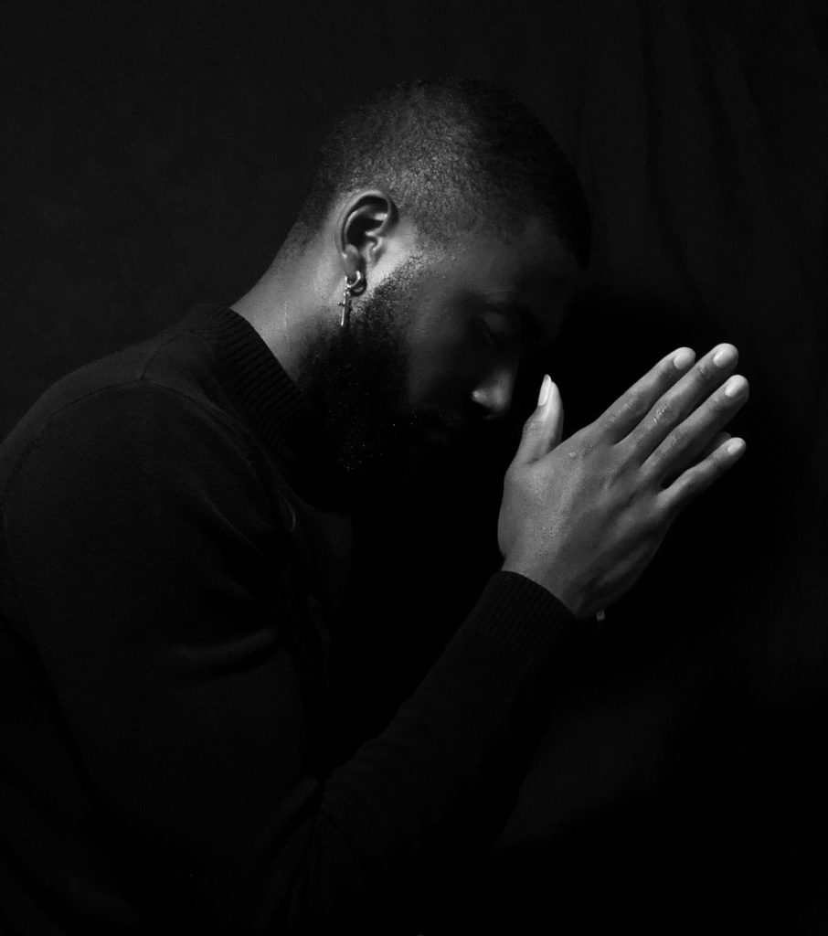 homme qui prie noir et blanc