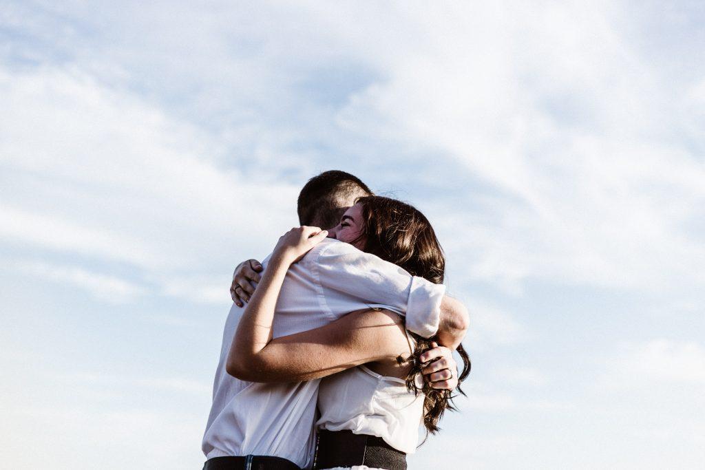 amitié câlin homme femme couple