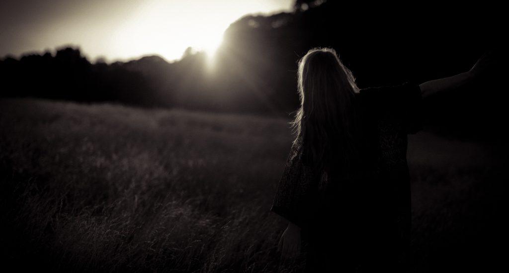 femme de dos avec un rayon de soleil