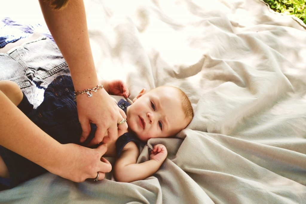 femme qui habille un bébé