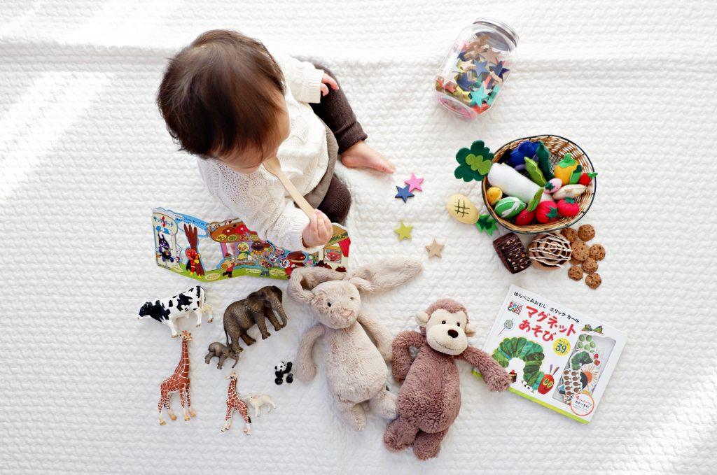 bébé entouré de jouets