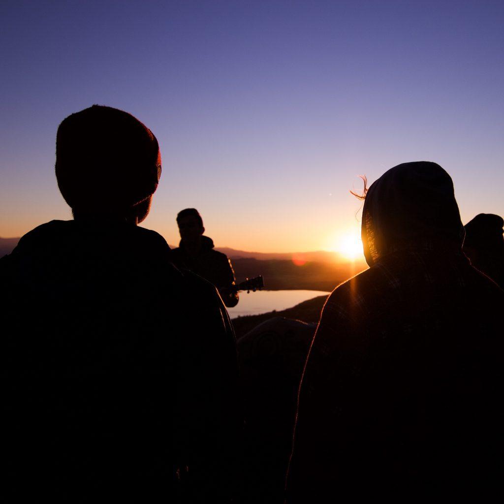 silhouette de deux personnes dans un coucher de soleil