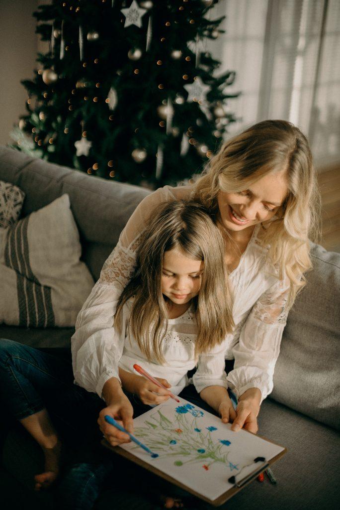 mère et fille qui dessinent