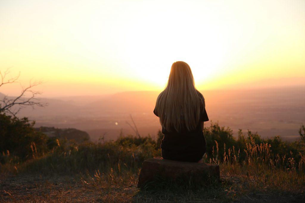 femme nature lever de soleil