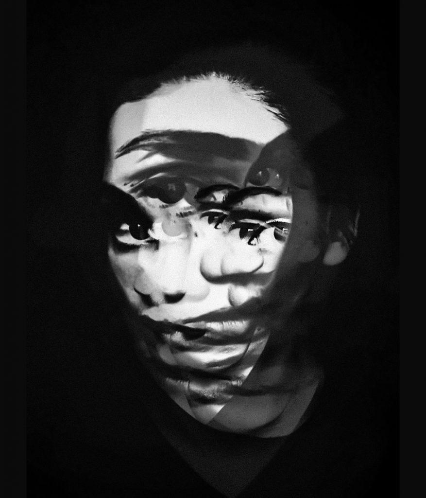 visage de femme flou noir et blanc