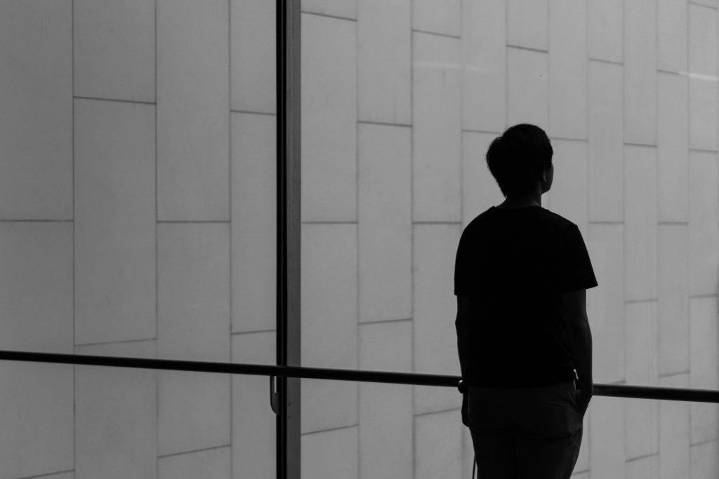 silhouette d'un homme devant une fenêtre