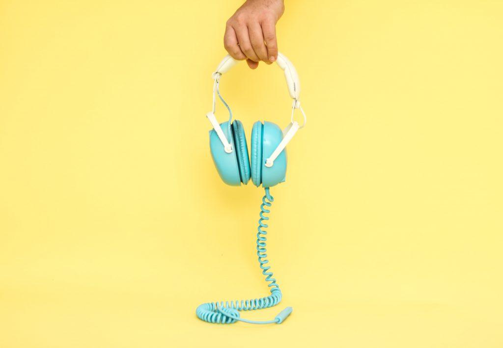 écouteurs turquoises sur fond jaune