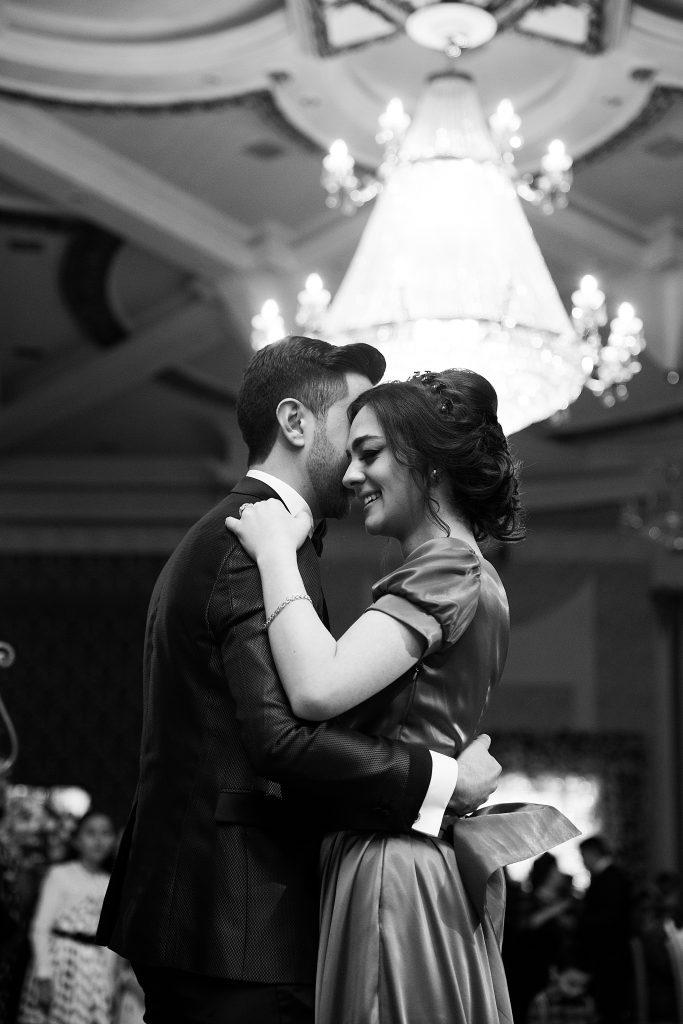 couple qui danse collé habillé chic