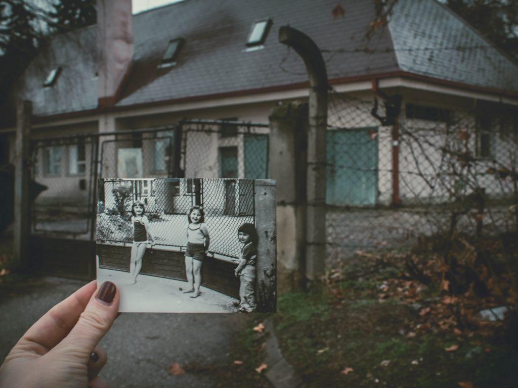 photo noir et blanc devant maison délabrée