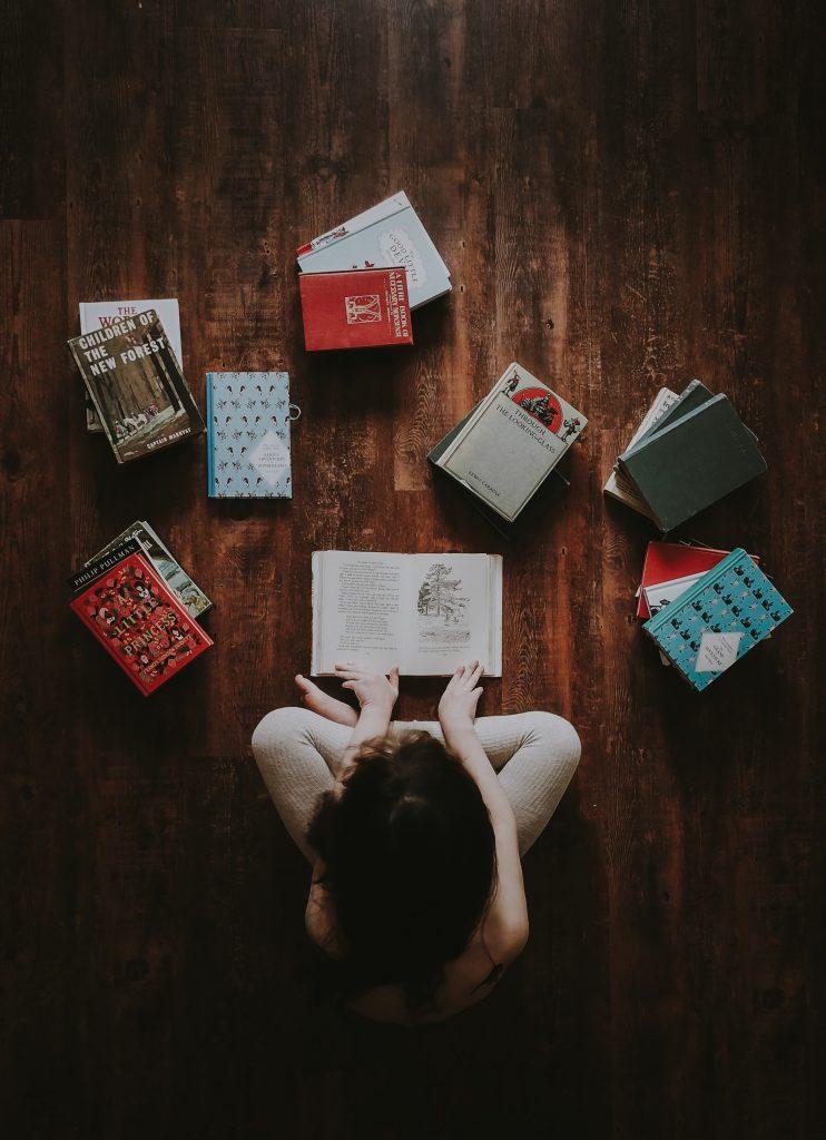 femme avec livres étalés