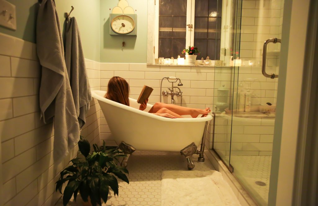 fille qui lit dans son bain