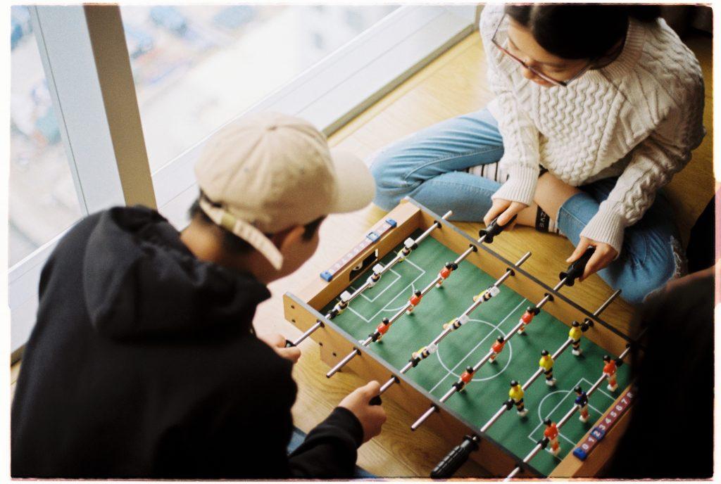 personnes qui jouent au baby foot
