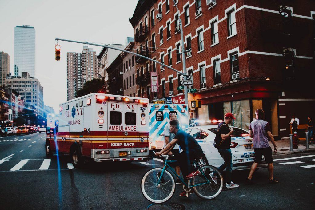 ambulance avec polices et cyclistes