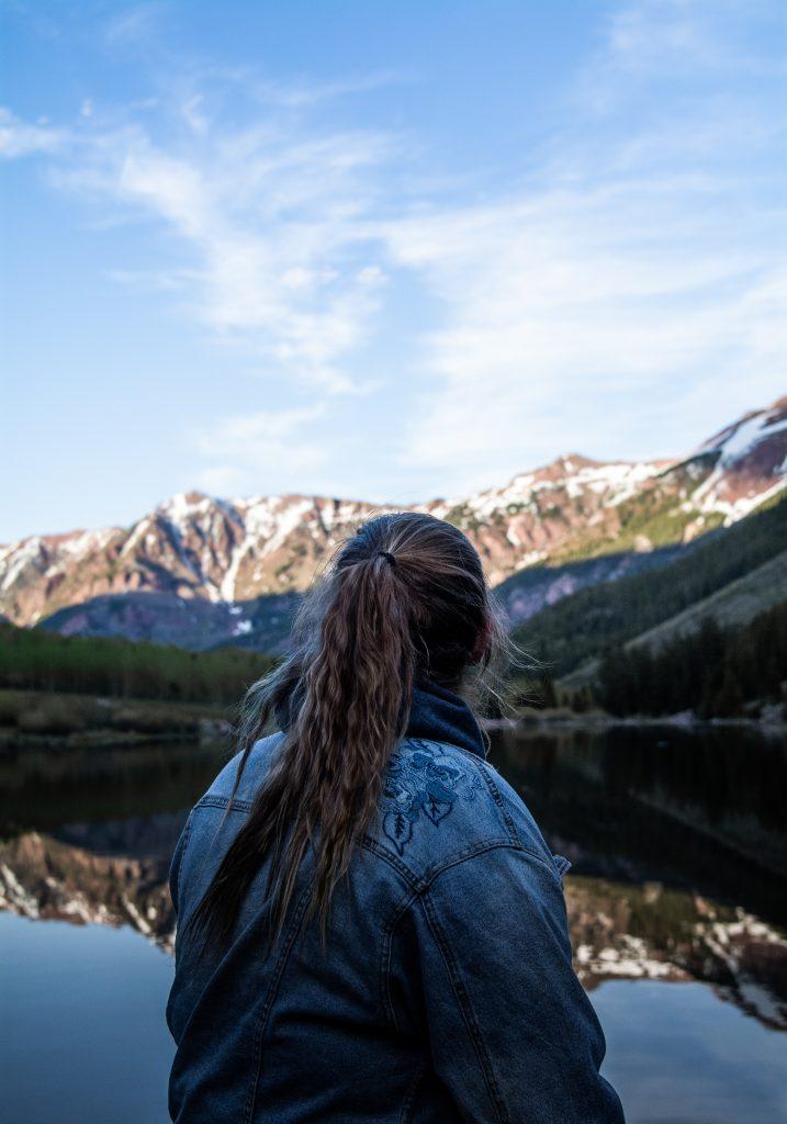 fille de dos devant montagnes