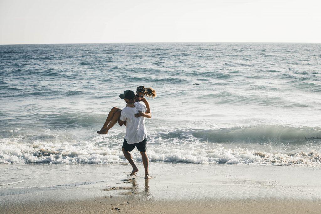 femme dans les bras de l'homme couple mer