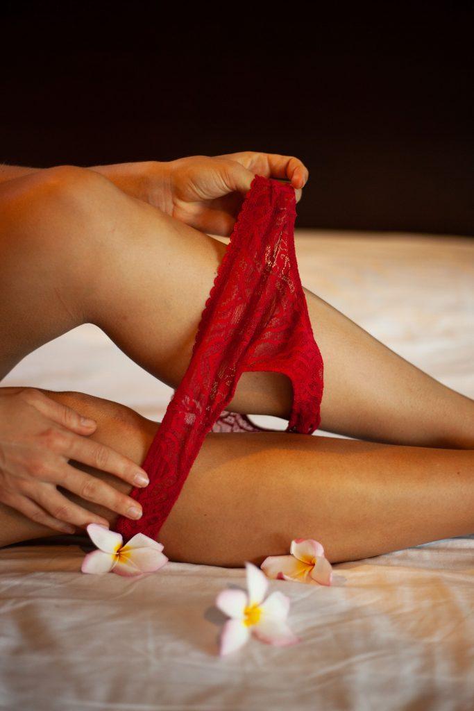 femme qui enlève sa culotte rouge dentelle