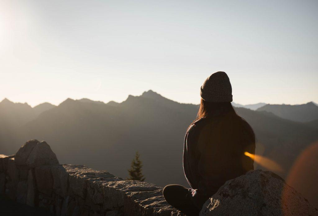 femme qui médite de dos montagnes