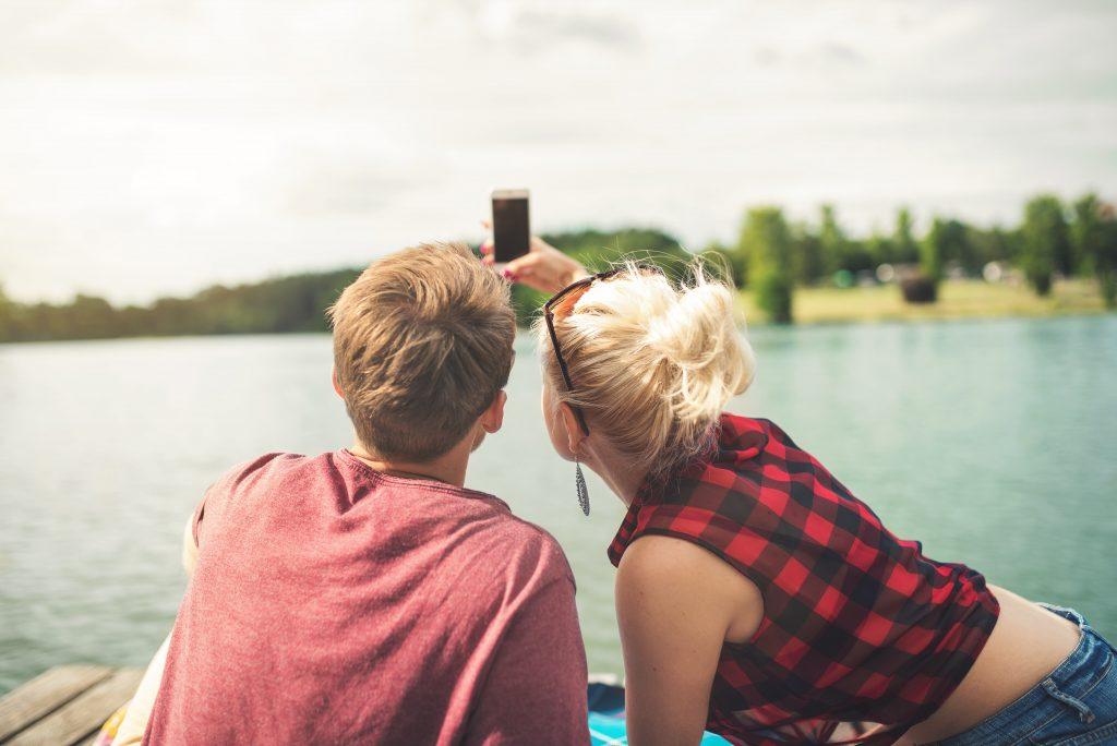 homme et femme qui prennent une photo ensemble