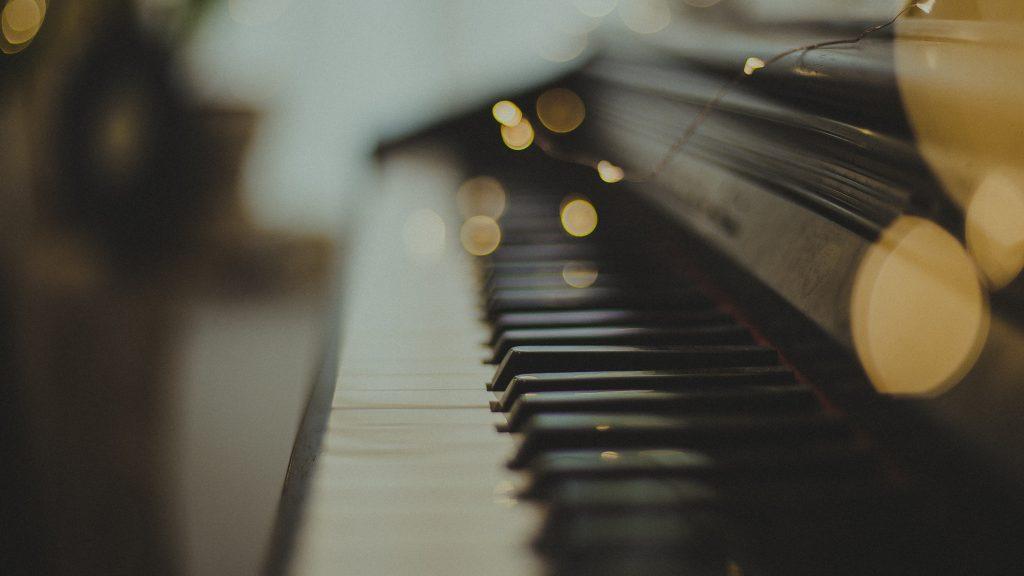 piano de profil avec lumières