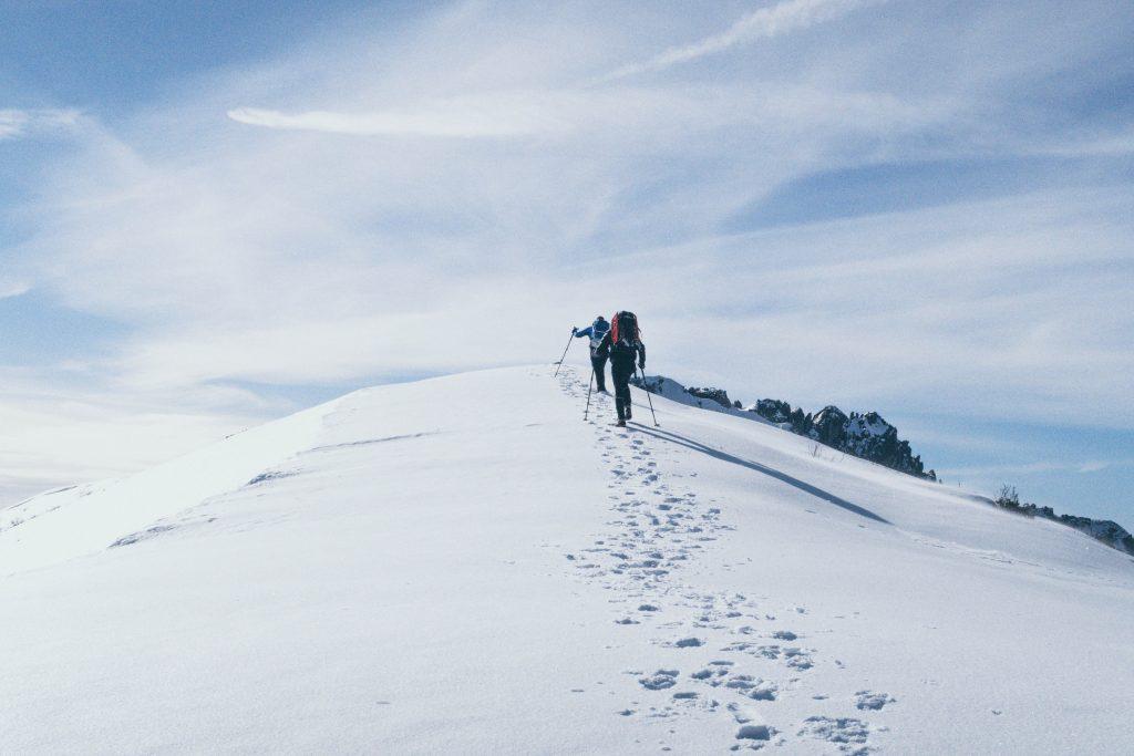 personnes montent montagne enneigée