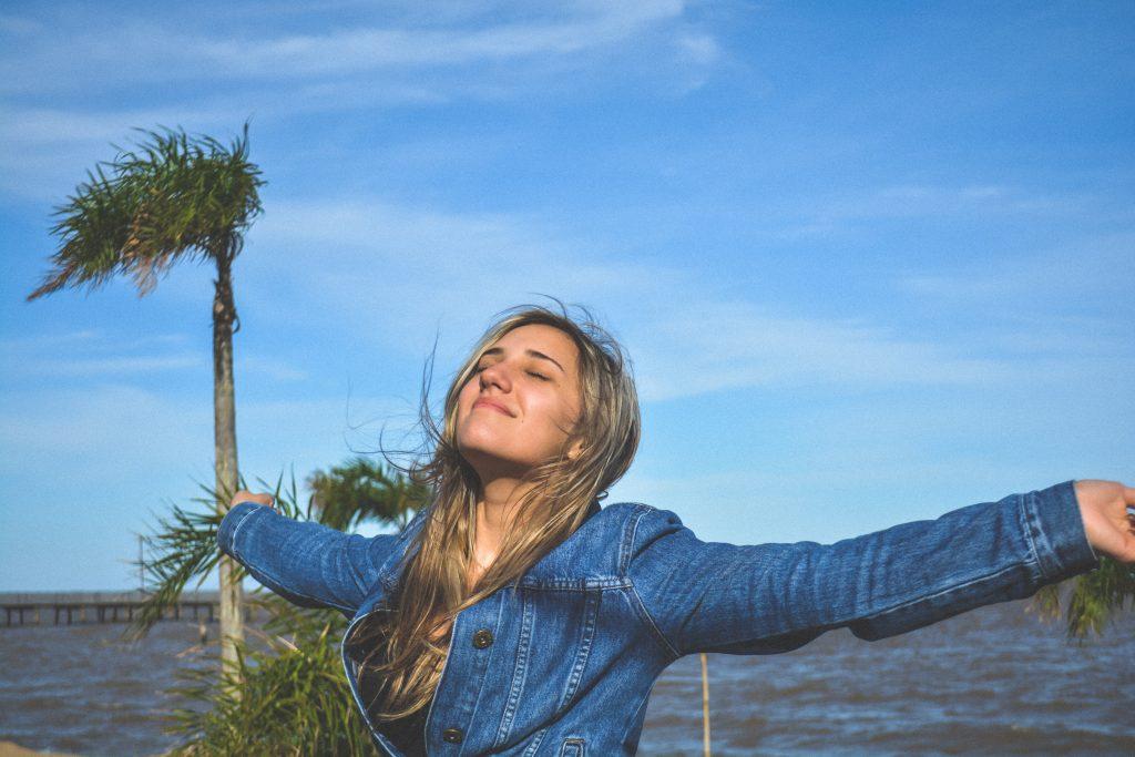 fille qui sourit les cheveux dans le vent