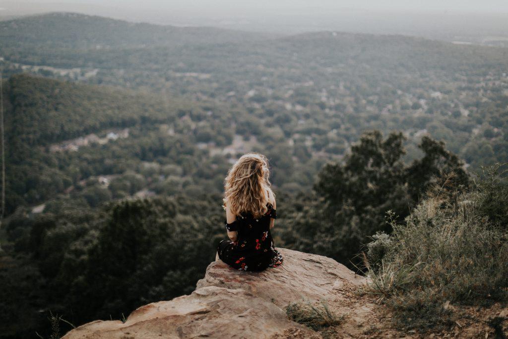 fille seule bout montagne