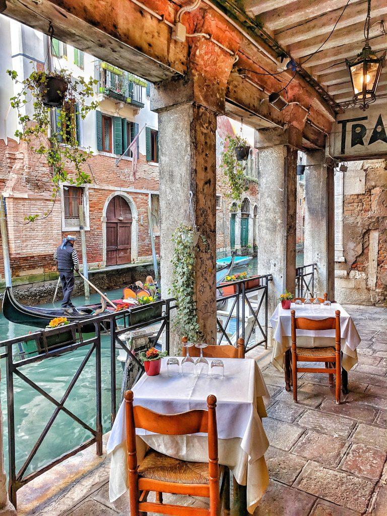 terrasse d'un café venise avec gondole