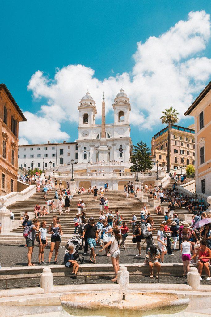 marches et gens à rome en italie