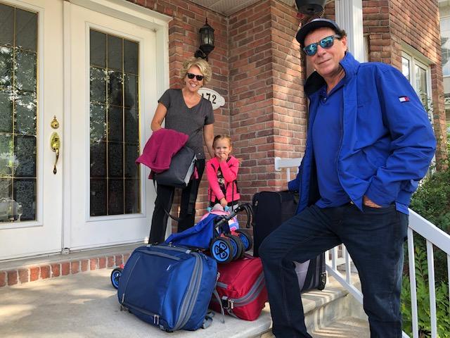 valérie gauthier et sa famille prêts à partir en voyage backpack