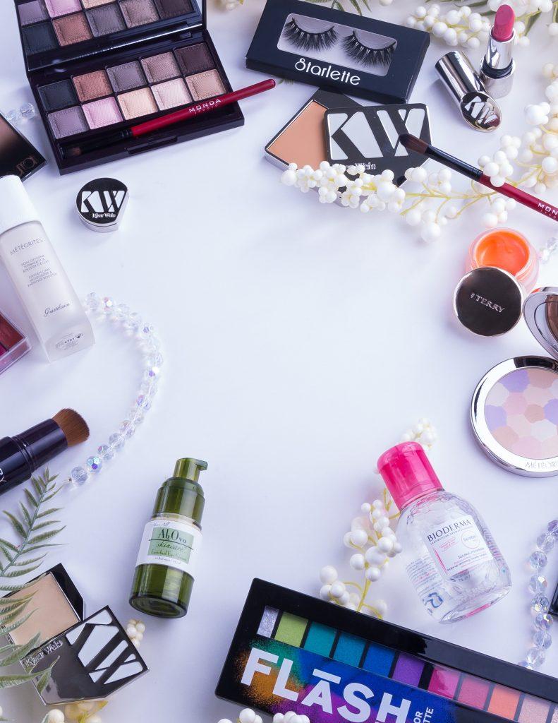 maquillage, pinceaux et produits de beauté