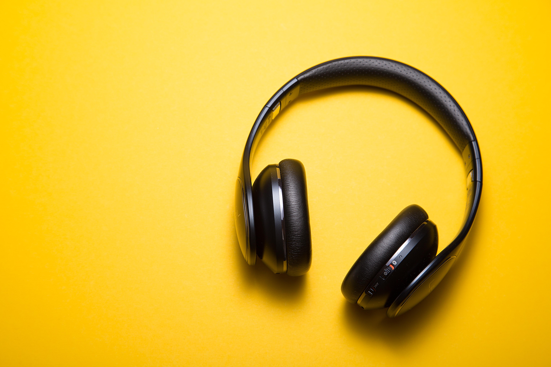 musique écouteurs fond jaune