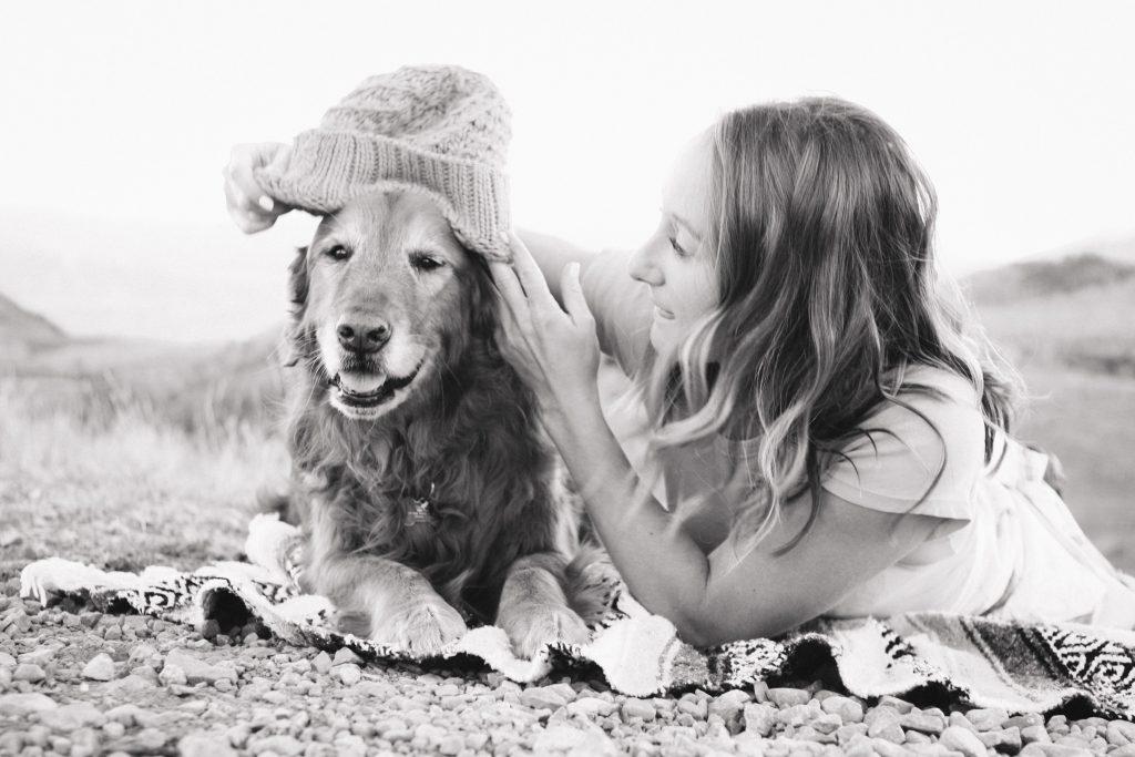fille qui met un chapeau à son chien