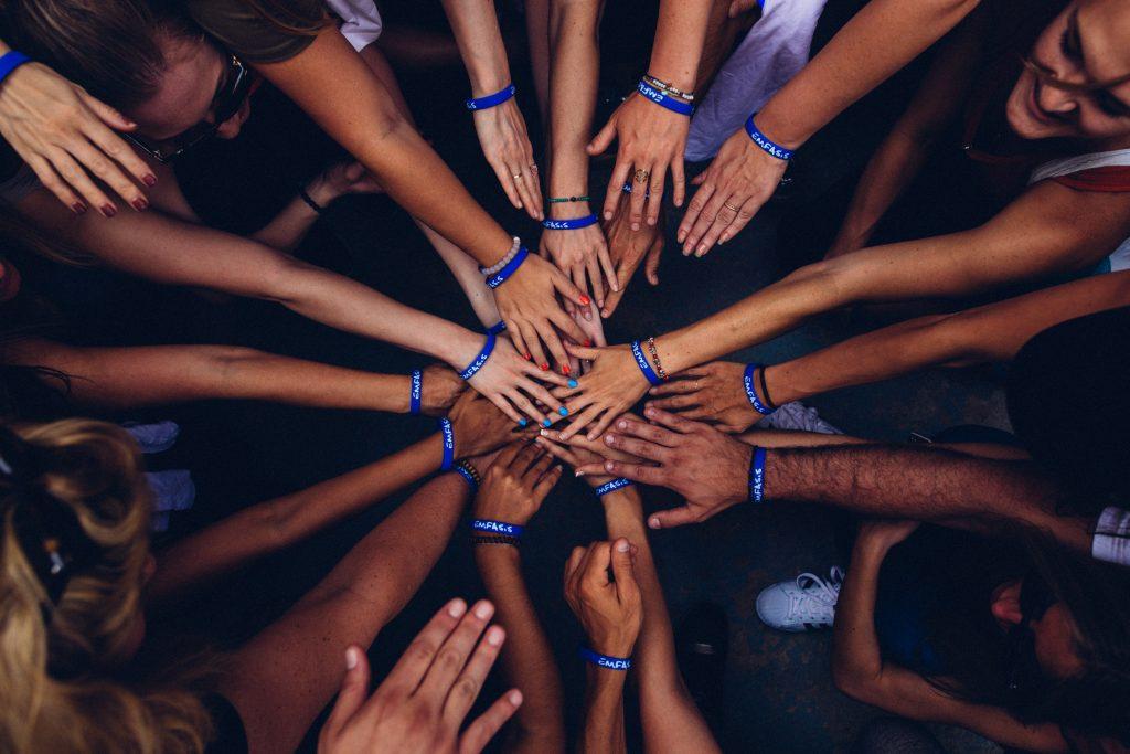 mains rassemblées ensemble