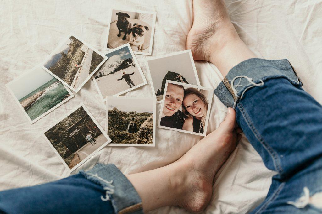 photos avec pieds et jeans troués