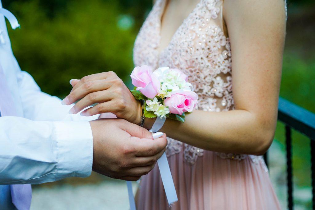 femme robe rose qui se fait mettre un corsage