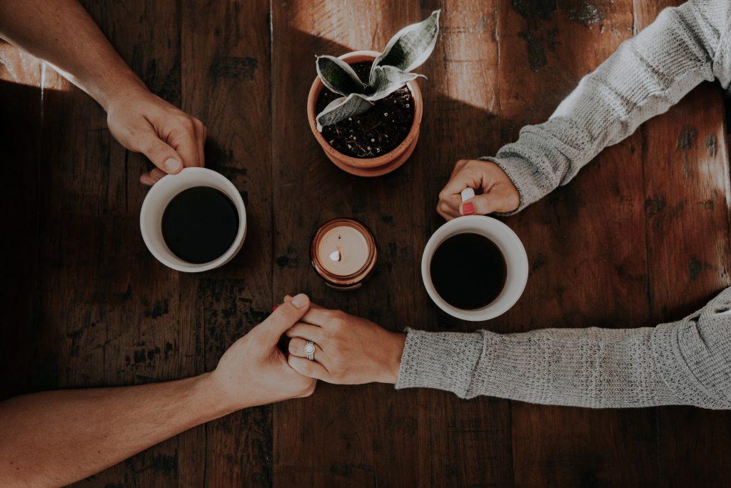 personnes qui se tiennent les mains cafés