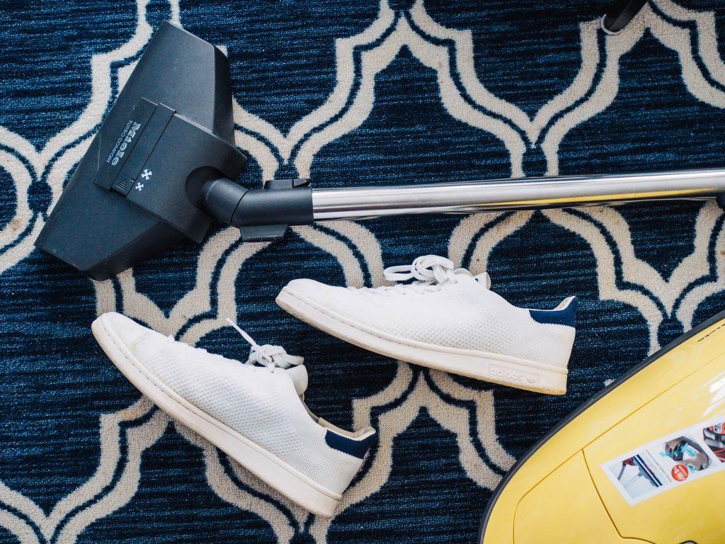 balayeuse avec souliers sur tapis