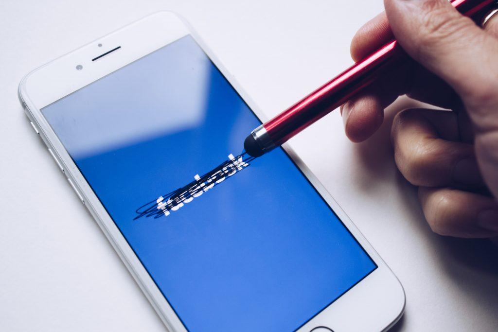 application facebook raturée stylet noir