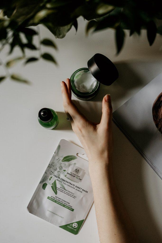 masque vert avec main