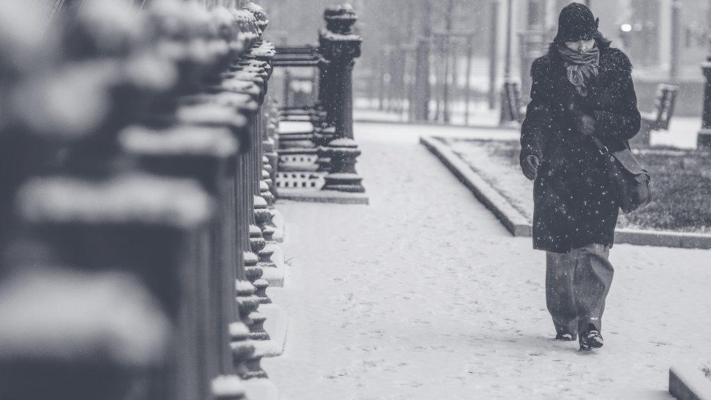 femme qui marche bien habillée dans le froid
