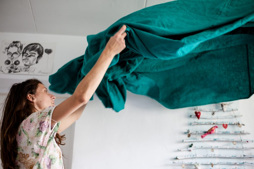 femme qui soulève des draps