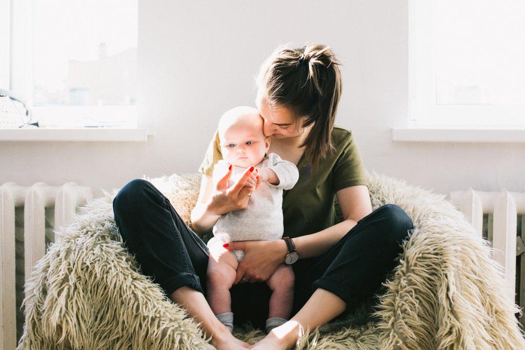 femme qui tient un enfant assise