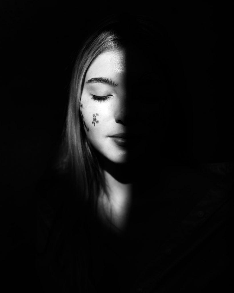 femme yeux fermés ombre et lumière