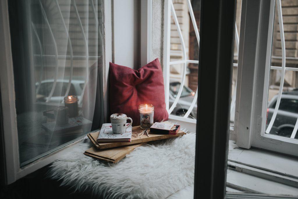 coussin sur le bord de la fenêtre avec chandelle